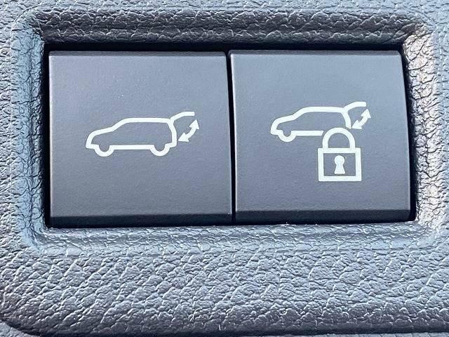 ワンタッチで開閉可能な【パワーバックドア】。リアハッチの開閉が非常に便利ですよ。