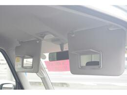 運転席と助手席にはミラー付きサンバイザーを装備☆