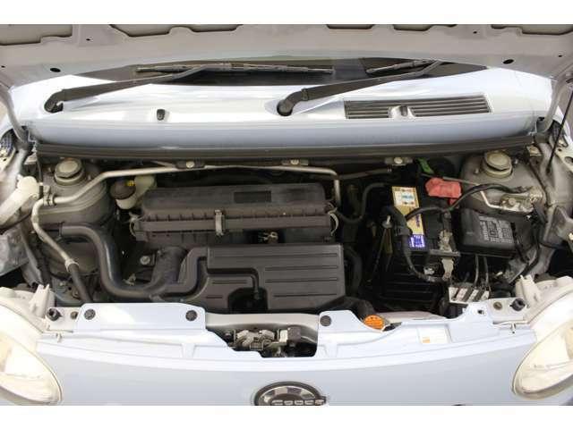 本州仕入の、錆の少ない綺麗なエンジンルームです。ターボ付きのお車です。