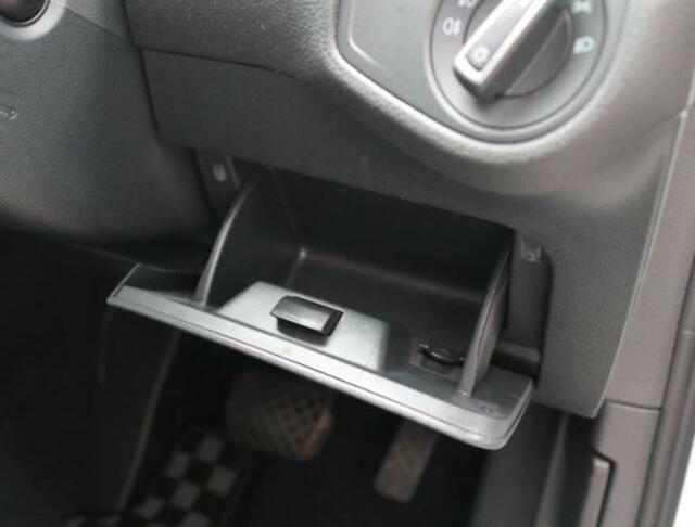ヘッドライトスイッチ下にも小物入れが用意されています。