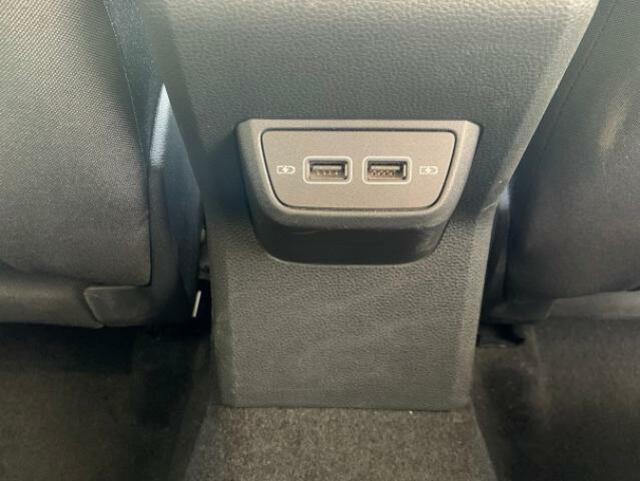 セカンドシートに座られる方専用のUSB充電ポートも装備