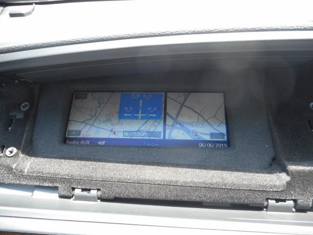 iDriveモニターはグローブBOXに移設されています。