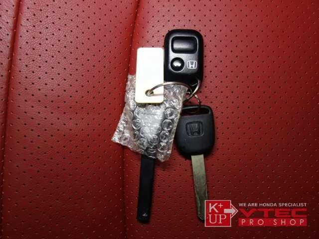 新車時保証書・新車時取扱説明書・メンテナンスノートが3冊・メインキー・スペアキー・キーレスリモコンが付属致します。盗難防止に社外セキュリティ取付などもお気軽にご相談ください。