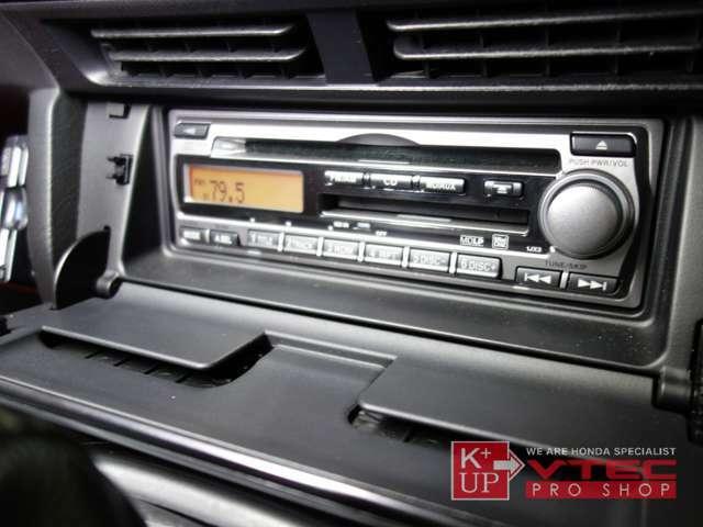 オーディオには純正CD・MDオーディオが装備されております。シンプルの機能で使い勝手の良いオーディオですが、ポータブルオーディオをお使いの方には社外オーディオへの交換もおすすめです。