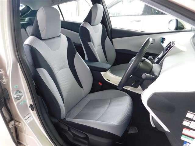 運転席はシート上下アジャスター付きで細かなポジション調整が可能です。