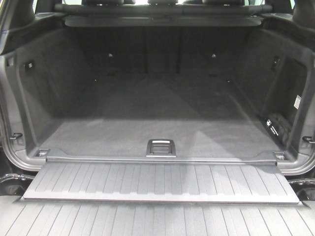 可倒式リアシートの背もたれを倒すことで、フロントシート背面までほぼ平らになります。左右分割で倒せるので、お客様の用途や状況に合わせて自在に調整可能です。