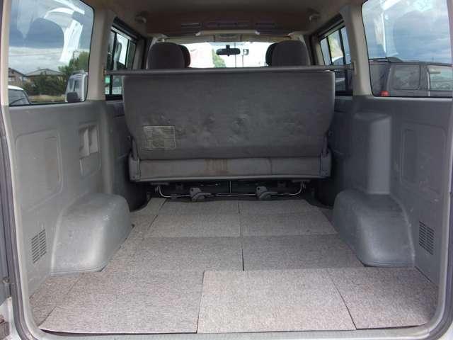 ロングなので後部座席があっても充分荷物が積み込めます♪