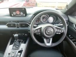 ドライバーとクルマの爽快な一体感を追求しステアリングはグリップ形状、シフトノブは手のひらにフィットしやすい形状、アクセルペダルはかかとのズレがないオルガン式ペダルを採用!