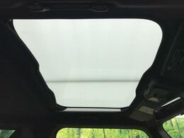 【ガラスルーフ】屋根の一部がガラスになっています。時間運転で疲れちゃってもこの開放感。