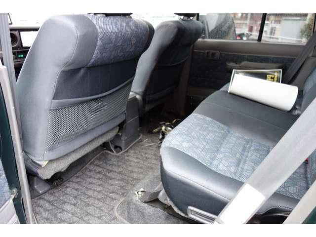 リアシートは座面を加工して足元を広く使えるようにしてます☆