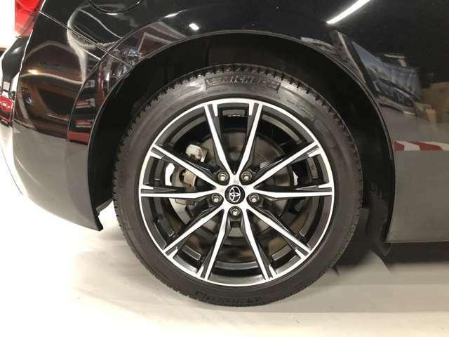 リア純正タイヤとホイールです。サイズは215/45R17、メーカーはミシュランとなります。車体とのマッチングも非常に良好です。タイヤホイールのインチアップのご相談もぜひお待ちしています♪