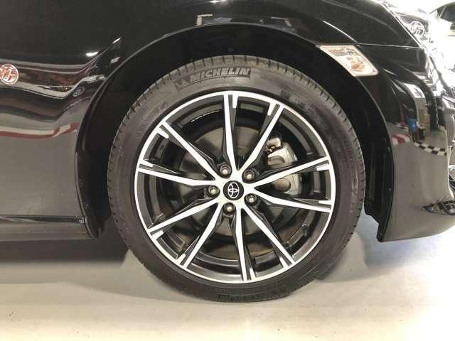 フロント純正タイヤとホイールです。サイズは215/45R17、メーカーはミシュランとなります。車体とのマッチングも非常に良好です。タイヤホイールのインチアップのご相談もぜひお待ちしています♪