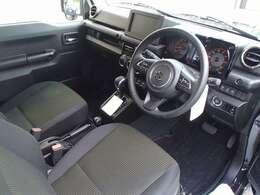 オートライト、シートヒーター、ステアリングリモコン、電格リモコンウインカーミラーなど充実装備です。
