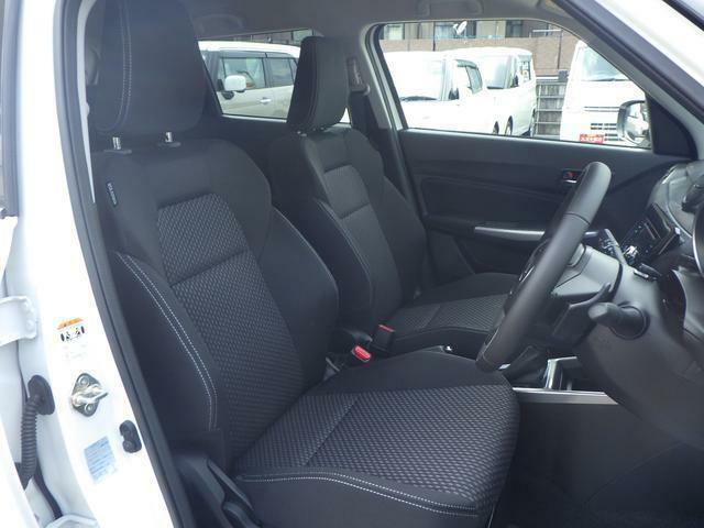 ドライバーを包み込むようなホールド感の有るフロントシートを採用しています!長時間のドライブでも安心です♪また、運転席にはスイッチを入れると即暖性に優れたシートヒーター機能付き!寒冷時の強い味方です♪