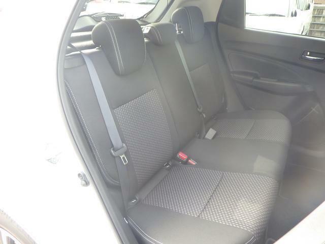 コンパクトな車体ながらも後席のスペースもしっかりと確保しております♪