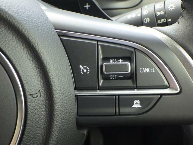 ステアリングの右側には長距離ドライブをサポートするアダプティブクルーズコントロールのスイッチがあります!先行車との距離を一定に保ち走行できます♪