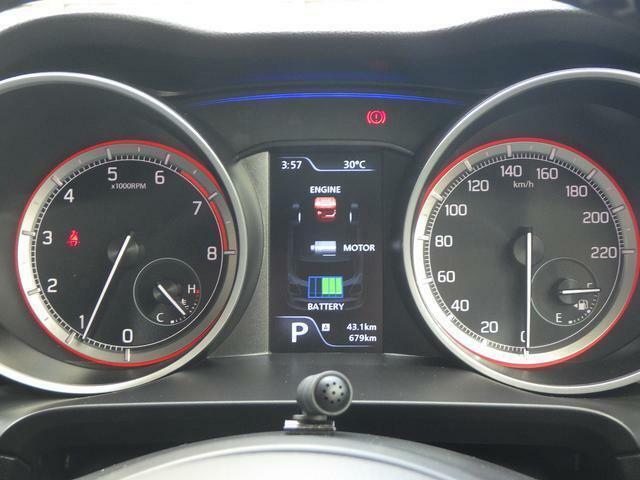 燃費効率・エンジンの状態など見やすく色と光で表示してくれます^^また中央部の液晶パネルには平均燃費などが表示されます♪