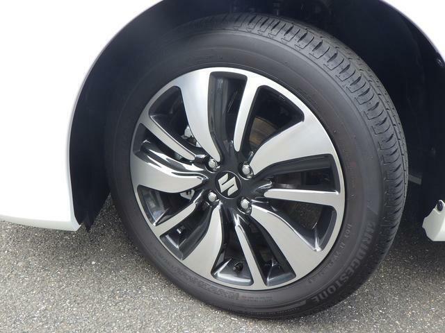 足元から引き締まった印象を与えるブラック塗装のアルミホイール!タイヤの溝もしっかりと残っております♪