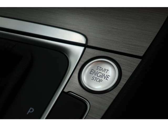プッシュスタート&ストップスイッチ。わざわざ鍵を挿さなくても、スムーズにエンジン始動出来ます。