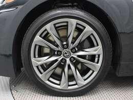 専用20インチアルミホイール(ダークプレミアムメタリック塗装)を装着。タイヤサイズはフロント245/45RF20、リヤ275/40RF20です。
