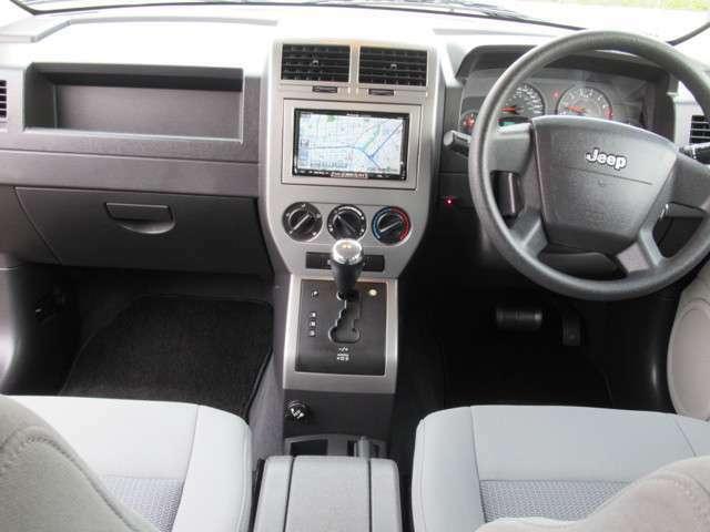 コンパクトジープ最終型のメタルインパネインテリア内装にツートングレーモケットシートに助手席と安全性エアバック、サイドエアバック完備レッドワイドレンズで安全性充実カスタムジープ