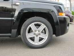 コンパクトブラックボディ、パトリオットスポーツカスタムパッケージに特選ワイドタイヤ オプションINSURANCEブラックポリッシュスポーク20AWインチアップタイヤ装着輝くシルエットを、