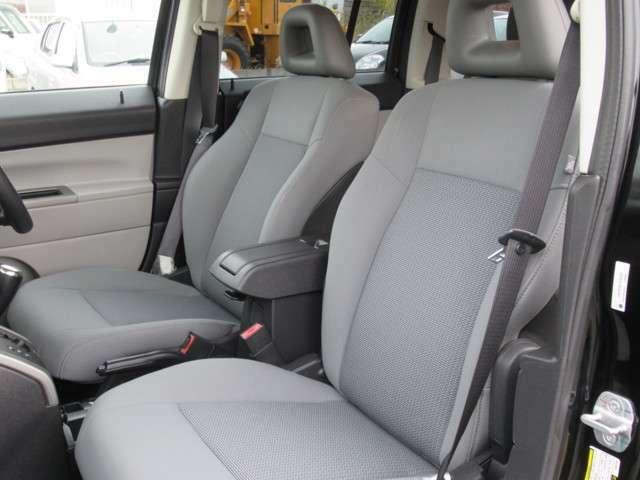 豪華装備のグレーモケットツートンシート使いかって便利なラゲッジスペースにインダッシュHDDナビ地デジTVリアゲートサウンド搭載です、