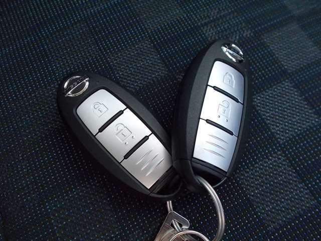 インテリジェントキーはカバンから出さずに携帯しているだけでエンジン始動やドアのロック開け閉めなどが出来る便利なキーでございます。