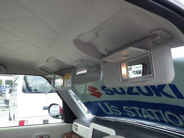 運転席と助手席にはライト付きバニテイーミラーが装備しています。