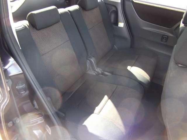 リヤシートは前後しリクライニング可能です。