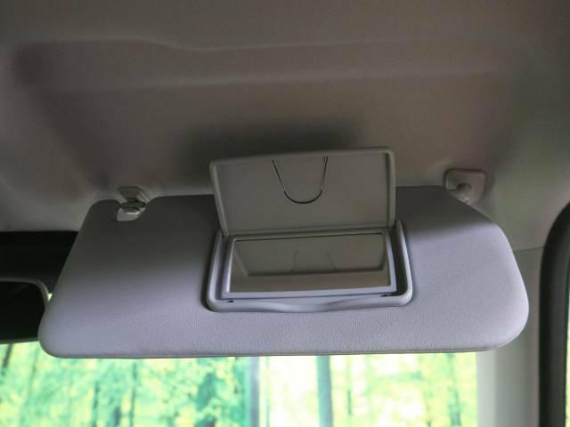 【バニティミラー】運転席には、バニティミラーを装備。身だしなみのチェックに便利です。