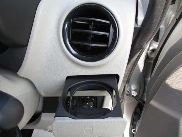 ダッシュボード左右のエアコン吹き出し口の下にはスライド式のドリンクホルダーを装備!!
