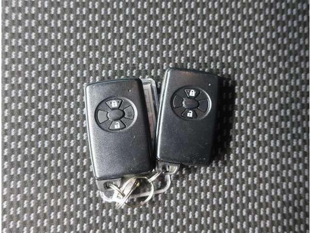 スマートキーを携帯し、ドアハンドルを軽く握るだけで解錠、ドアハンドルスイッチを押すだけで施錠が可能です。