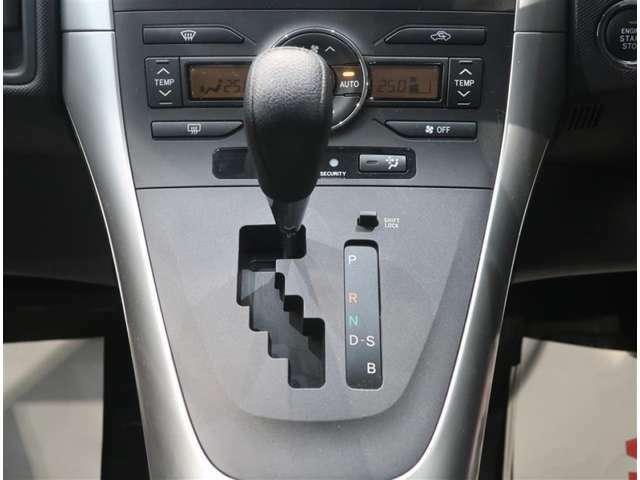 左右独立温度コントロールフルオートエアコン&プッシュ式ヒーターコントロールパネルで、運転席・助手席それぞれ独立して調節できます。