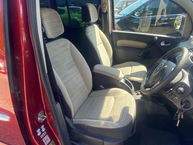 前席シート、汚れ、スレ御座いますが、良好な状態を保っております。