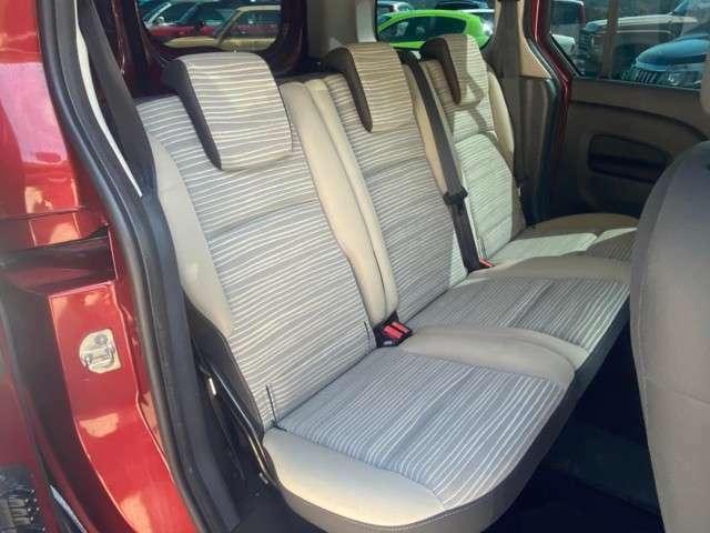 後席シート、汚れ御座いますが、良好な状態を保っております