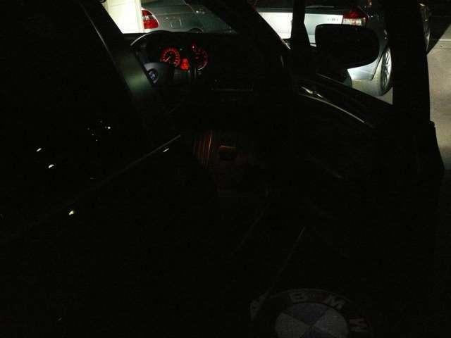 夜間にドアを開けるとこんな感じに足元に#BMW#が浮かびあがります。