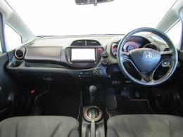 ドライバーが感覚的に操作・確認できるよう気配りされた運転席廻りです。スピードメーターも大きく、運転中に見やすいように配慮されています。また、オシャレな色合いでインテリアにも配慮されています。