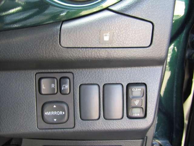 運転席側にドリンクホルダーとドアミラー操作スィツチ室内クリーンスィツチ類が並びます。