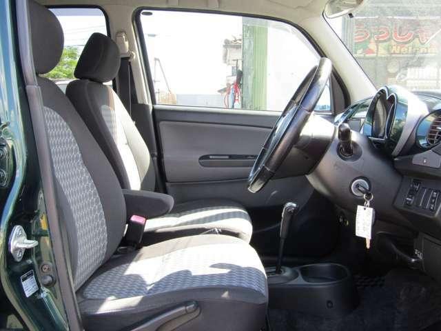 運転席と助手席が別々のセパレートタイプのシートです。