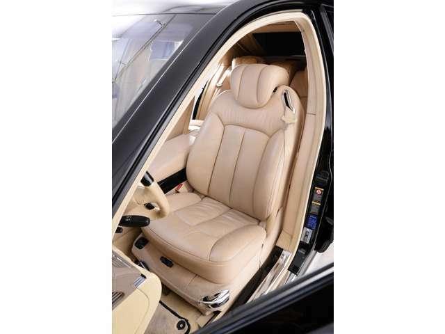 しっとりとした質感のグランドナッパーレザーは長時間の運転でも疲れることなくドライバーを守ります。