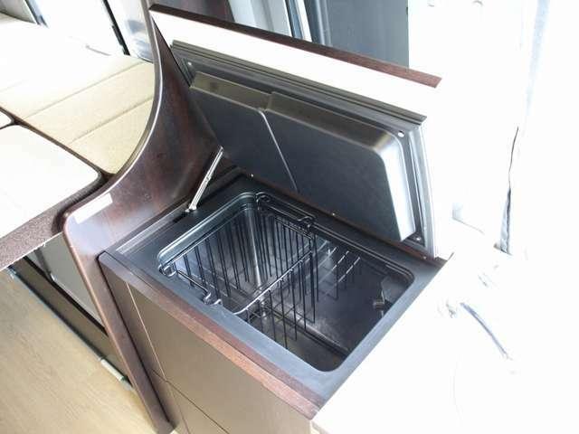 ご当地の食材を保存出来る上蓋式DC冷蔵庫装備!