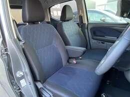 フロントシートは特殊形状で、胸部と骨盤を積極的に支え長時間運転での負担を軽減します。
