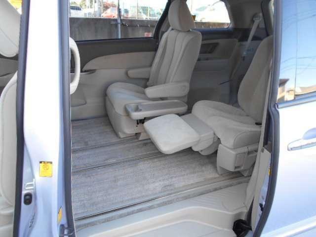7人乗りセカンドシートはオットマン付きです。サードシートを収納すれば、セカンドシートは大きく後方にスライドします、足元ゆったりのリラックスシートになります。