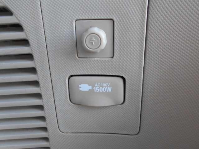 センターコンソール後部とラゲージルームの2ケ所に1500W給電コンセントが付いています。