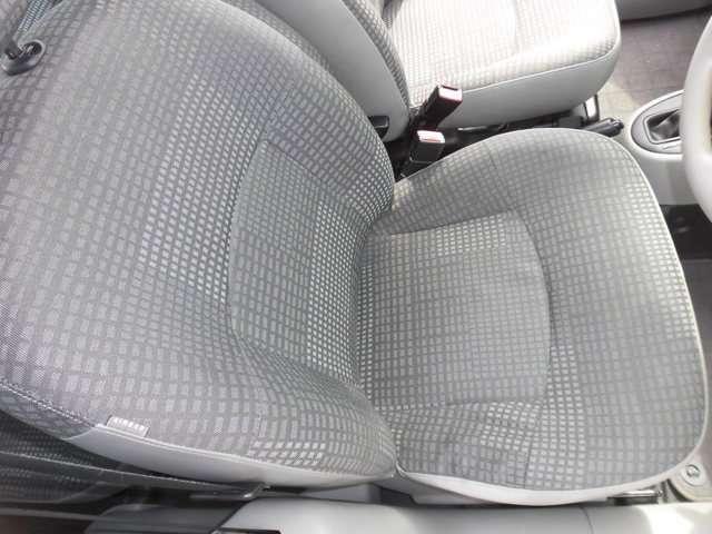 運転席シートに若干のヘタリ有りますが、破れ、目立つ汚れ無く綺麗な内装です。
