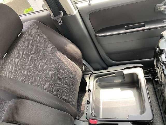 助手席のシートの下にも荷物入れがあります。