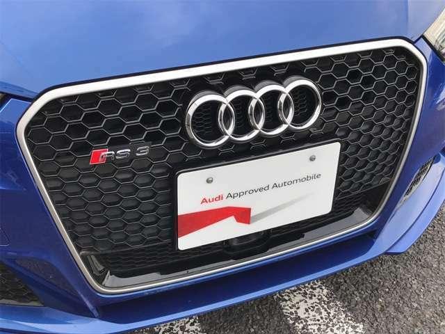 ●シングルフレームグリル『Audiの象徴のシングルフレームグリル。精悍な顔つきでさらにRSエンブレムが存在感のあるものに。』