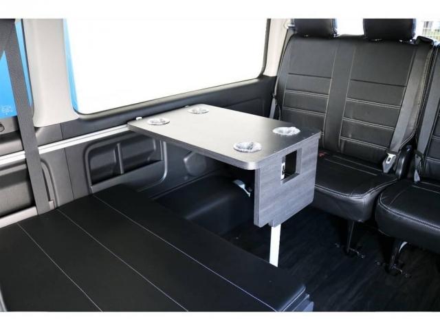 ドリンクホルダー付きの収納可能なテーブル!なんとベッドモードでも装着が可能です!