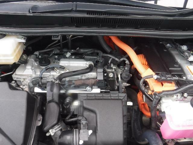 1800ccのガソリンエンジンと高出力モーターのハイブリッドシステムを搭載しています。油汚れやほこりを隅々まで除去。エンジンルームも綺麗になっています。
